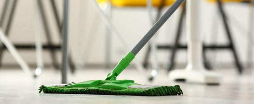 Grønn mopp på gulv