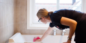 Vaskehjelp vasker badekar