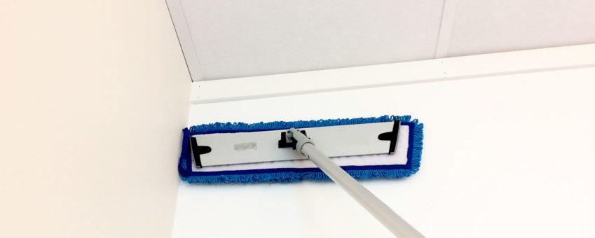 mopp som vasker vegg