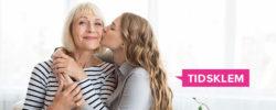 Datter klemmer eldre mor