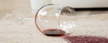 Rødvinsglass på teppe