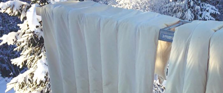 sengetøy i snøen
