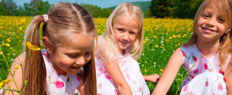 Barn som leker i sommereng