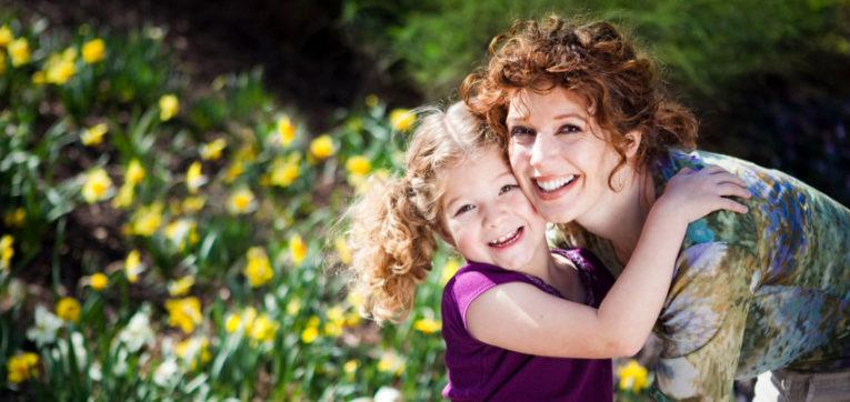 mor og barn i blomstereng