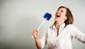 Dame synger med dobørste