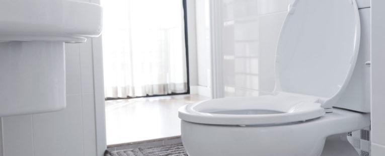Bilde av toalettskål på rent bad