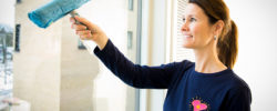 Dame i CityMaid uniform vasker vindu