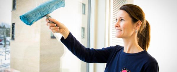 Vibeke vasker vindu