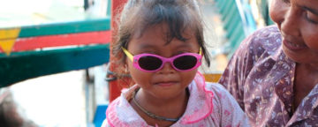 liten jente med solbriller