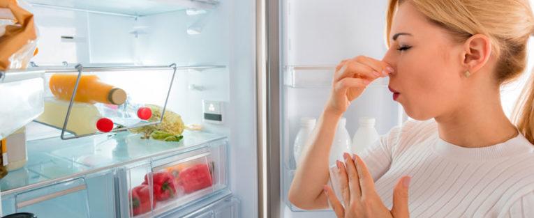 vond lukt i kjøleskapet